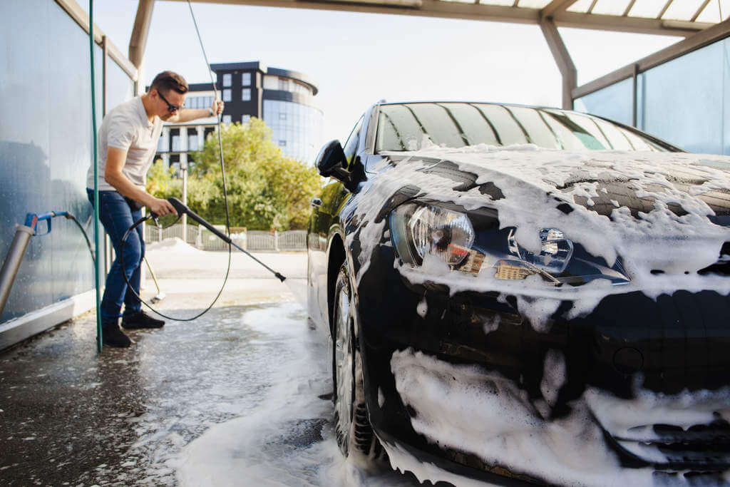 Como lavar o carro da maneira correta e com os produtos certos?