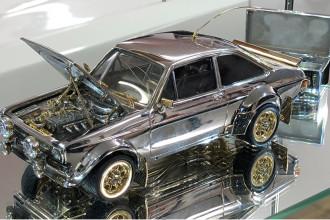 Ford Escort em miniatura de ouro, prata e diamantes